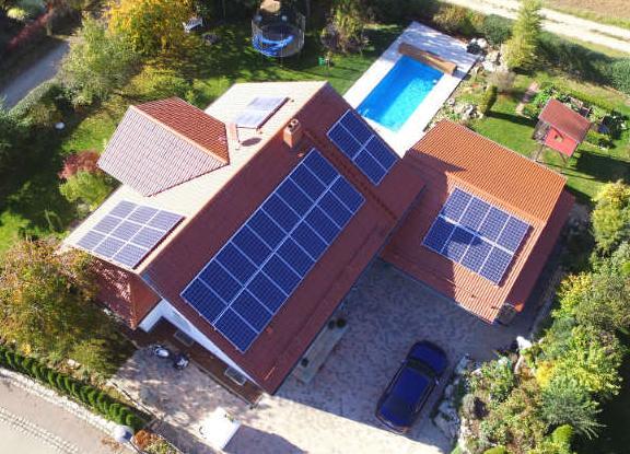 Luftbild von Haus mit Photovoltaikanlage
